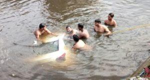 दिल्ली के गाजीपुर में कूड़े के पहाड़ का हिस्सा गिरा, 3 की मौत