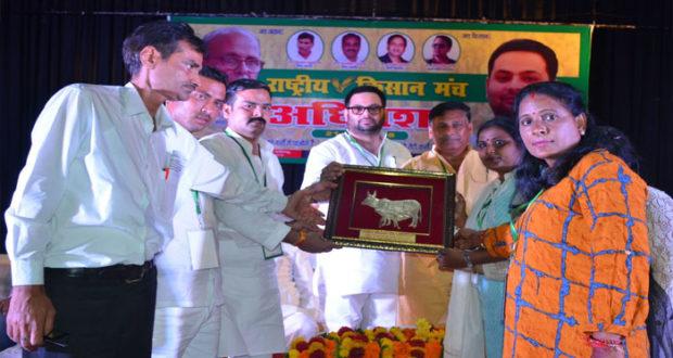 केन्द्र व राज्य सरकार से नाराज किसानों ने कहा बदल देगें सरकार