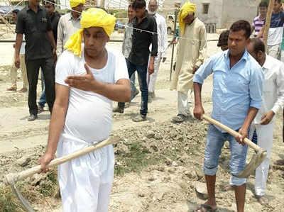 नाराज कैबिनेट मंत्रीओमप्रकाश राजभर  अपने दोनों बेटों के साथ खुद फावड़ा लेकर सड़क बनाने में जुट गए