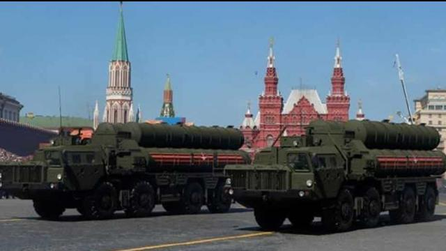 Russian_servicemen_drive_S_400_missile_air_defence_systems_during_the_Victory_Day_parade_at_Red_Squa_1539347901